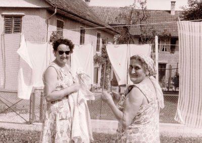 Schulwartin Egloff mit Tochter